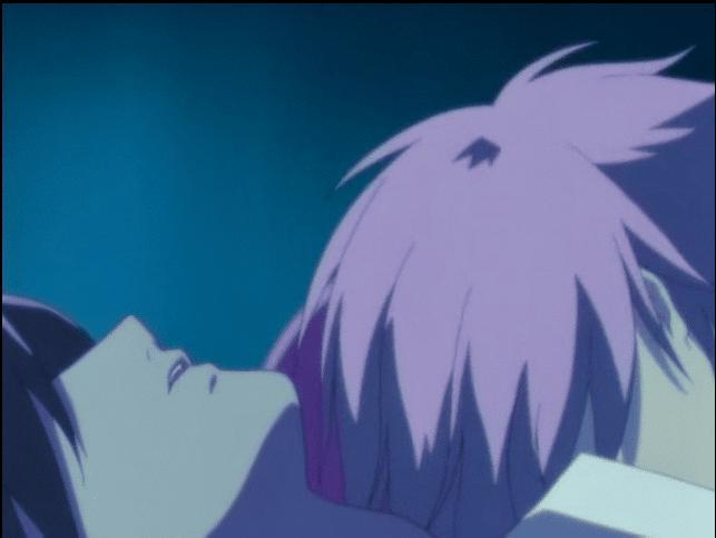 夜の夜中に、ベッドで寝てる少年の胸に顔を埋める少年の図
